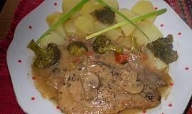 Vepřové řízky na šalvěji se žampiony, brokolicí a rajčaty