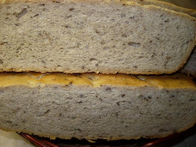 Chléb pečený v římském hrnci - postup, Na řezu-je pečený bez sundání víka v poslední třetině.