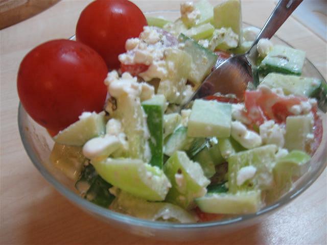 Zeleninový salát s cottage a bazalkovým pestem