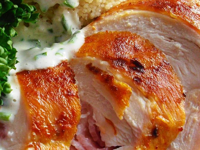 Kuřecí steak plněný slaninou s pažitkovým dipem a kuskusem, Kuřecí steak plněný slaninou s pažitkovým dipem a kuskusem
