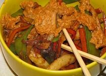 Opekane veprove nudlicky s omackou satay / wok