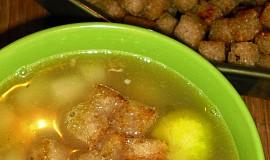 Asparagusovo-kapustová polévka s česnekovými krutony