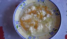 Polévka s krupicovými knedlíčky.