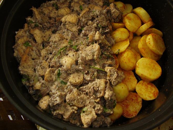 Kuřecí maso na nádivce a bramborách v římském hrnci