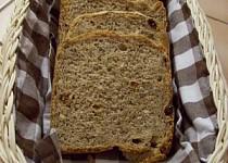 Chléb s lískovými oříšky a rozinkami