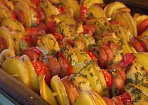 Kuřecí špíz na špejli s bramborami