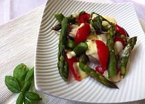 Kuřecí salát s chřestem a rajčaty