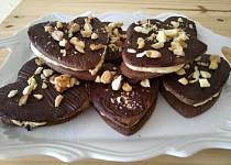 Křehké kakaové sušenky s vanilkovo-oříškovým krémem