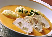 Špikovaná kuřecí prsa v zeleninové omáčce a máslové noky