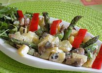 Chřestový salát s bramborami a žampiony