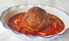 Koule z mletého masa plněné nivou a vejcem, pečené v rajčatové omáčce