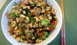Kuřecí asijská miska se zeleninou a nudlemi