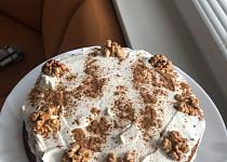 Mrkvový dort s ořechy a krémem