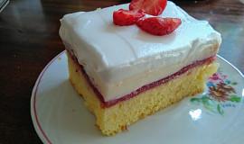 Šťavnaté jahodové řezy s vanilkovým krémem a šlehačkou