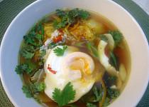 Asijská polévka s pak choi a pošírovaným vejcem