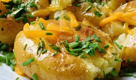 Nové brambory, upečené a mačkané s bylinkovým máslem