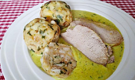 Vepřová pečeně, libečková omáčka a jemné knedlíky z toustového chleba
