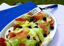 Ledový salát se sušenou šunkou, černým rybízem a balsamicem