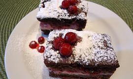 Hrníčkový kakaový koláč s tvarohem a rybízem