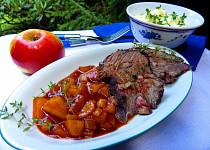 Hovězí pečeně na černém pivu, jabkách a celeru