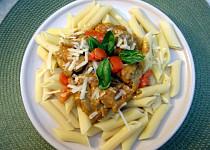 Kuřecí s omáčkou z bazalkového pesta a rajčat