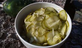 Okurkový salát z přerostlých nakladaček