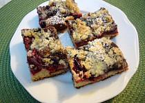 Hrnečkový třený koláč se švestkami, mákem a drobenkou