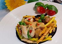 Kuřecí kousky se žampióny a mandlemi v pikantní omáčce a italské barevné těstoviny Trofie Liguri