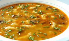 Rychlá houbovo-kmínová polévka s krupicovými nočky