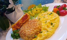 Smažená uzená krkovice s Čedarem, obalená v kukuřičných lupíncích a  bramborovo-mrkvová máslová kaše