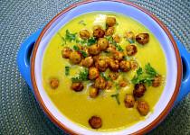 Zlatá květáková polévka s kořeněnou cizrnou