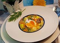 Sladkokyselá houbovo-zeleninová polévka a pošírované vejce