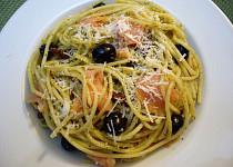 Špagety s mangoldovým pestem, sušenými rajčaty a olivami