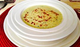 Krémová cibulová polévka s kari a smetanou