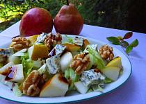 Ledový salát s hruškou, plísňovým sýrem a ořechy