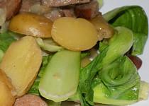 Brambory s čínským zelím a špekáčkem