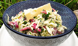 Salát s ementálem a sýrovou zálivkou