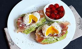Avokádové chlebíky se zastřeným vajíčkem
