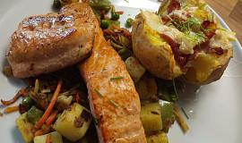 Losos na sádle se zeleninou a pečenou bramborou