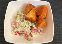 Těstovinový salát s hermelínovými trojúhelníčky
