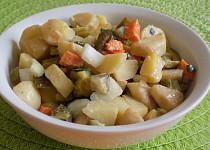Retro bramborový salát se zeleninou a sladkokyselou zálivkou