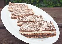Kakaový řez s pudinkovým krémem a kokosem