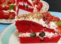 Červený dort s krémem a ovocem