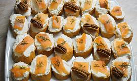Jednohubky s lososem a pekanovými oříšky