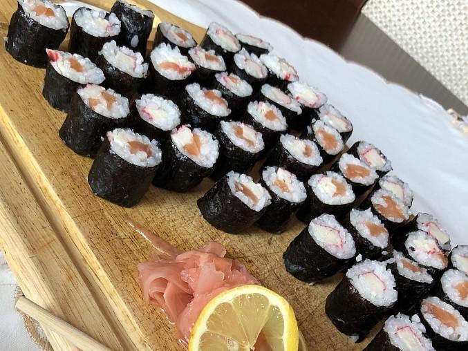 Sushi (Maki) s lososem a surimi