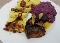 Vepřová pečeně s červeným zelím a bramborovým knedlíkem