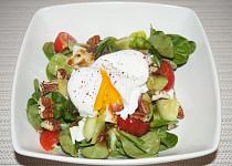 Zeleninový salát se zastřeným vejcem