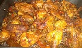 Kuřecí křídla a paličky s kuřecími játry a zeleninou