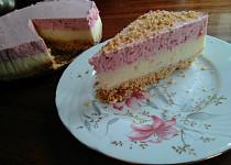 Nepečený jahodový dort se šlehačkou a pudinkem