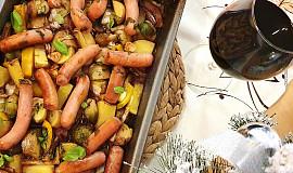 Vinná klobása pečená se zeleninou